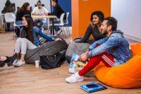 Schueler in der Stundent Lounge der Sprachschule San Diego