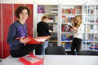 Sprachschuelerin in der Bibliothek der Sprachschule in Torbay, England