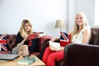 Sprachschueler in Studenten Lounge der Sprachschule in Torbay