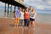 Sprachurlaub in Torbay in England - Schueler am Strand