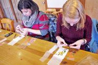 Sprachschule in Fukuoka fuer Erwachsene in Japan -Sprachschueler stellen Japanisches Papier her