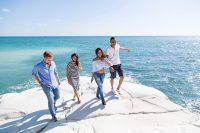 Sprachreise Zypern - Sprachschueler laufen ueber weisse Felsen