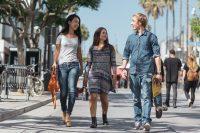 Sprachurlaub in Santa Monica Los Angeles - Schueler spazieren durch die Stadt