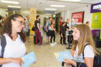 Schülersprachreise Malta in St. Pauls Bay - Sprachschülerin unterhält sich mit Betreuerin