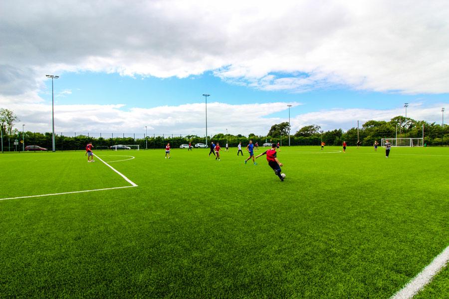 Schülersprachreisen Dublin Maynooth Freizeitprogramm Fußballfeld
