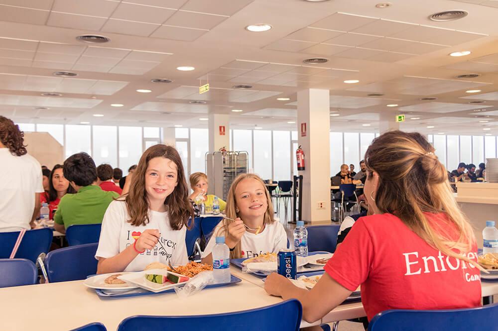 Sprachferien in Barcelona Schüler essen in der Mensa