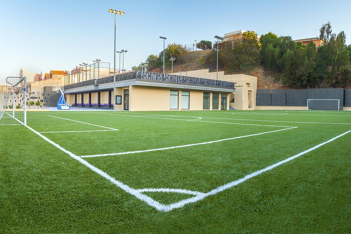 Sprachferien in Malaga Spanien Sportplatz der Sprachschule